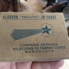 Antigüedades: ANTIGUA CAJA HILATURAS FABRA Y COATS CON CARRETES DE HILO. Lote 133243361