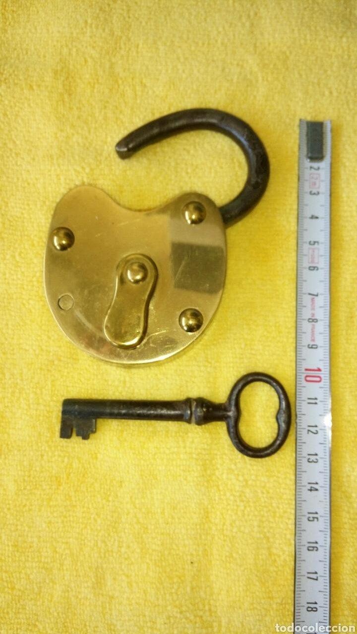 Antigüedades: Candado antiguo laton con llave original. Funcinando. - Foto 4 - 124410462