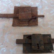Antigüedades: LOTE DE 2 ANTIGUAS CERRADURAS DE HIERRO, DE GRAN FORMATO. Lote 133379166