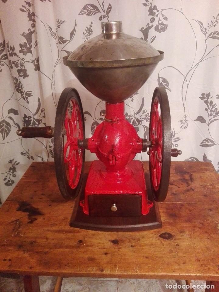 Antigüedades: Antiguo y precioso molinillo de cafe de dos ruedas marca simplex número 6 - Foto 2 - 244527940