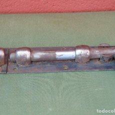 Antigüedades: ANTIGUO PESTILLO, CERROJO DE HIERRO. . Lote 133637810