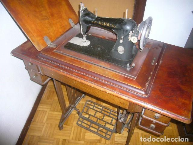 ANTIGUA MAQUINA DE COSER ALFA ABATIBLE CON SU MUEBLE DE MADERA ORIGINAL (Antigüedades - Técnicas - Máquinas de Coser Antiguas - Alfa)