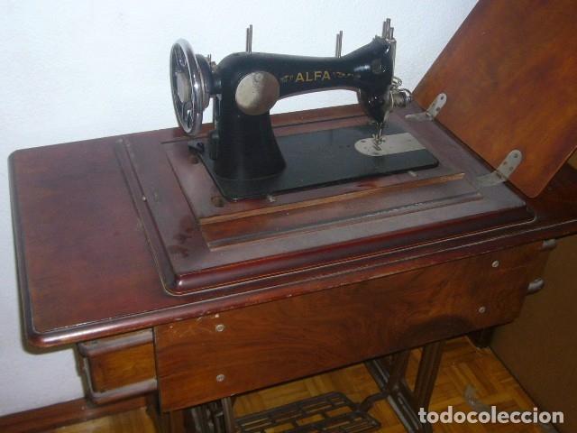 Antigüedades: ANTIGUA MAQUINA DE COSER ALFA ABATIBLE CON SU MUEBLE DE MADERA ORIGINAL - Foto 3 - 133666474