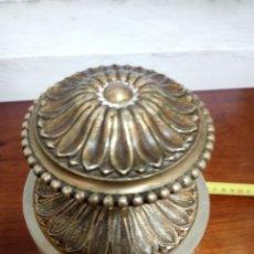 Antigüedades: POMO. TIRADOR DE BRONCE PARA PUERTA CON EMBELLECEDOR. Lote 133850074