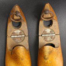Antigüedades: PAREJA DE HORMAS DE ZAPATO EN MADERA. PIE DERECHO E IZQUIERDO. PLEGABLES. Lote 133904994