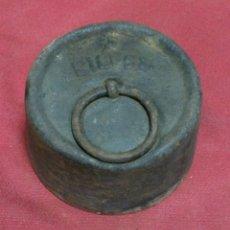Antigüedades: ANTIGUO PESO O PESA DE HIERRO DE 5 KG. Lote 134411666