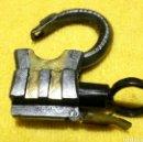 Antigüedades: MUY ANTIGUO CANDADO FORJADO REPUJADO DE LLAVE TORNILLO GIRO. Lote 134745835
