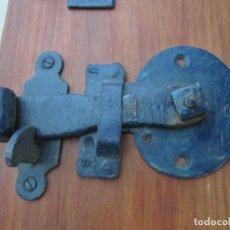 Antigüedades: ANTIGUO CERROJO Y PASADOR CON POMO DE BRONCE. TAMAÑO 12X8 CM. Lote 134958470