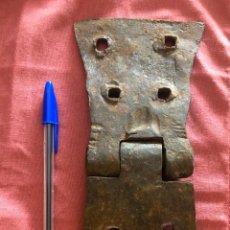 Antigüedades: ENORME BISAGRA DE FORJA. Lote 135029874
