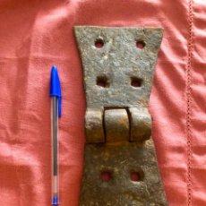 Antigüedades: BISAGRA DE FORJA DE GRANDES DIMENSIONES. Lote 135030138