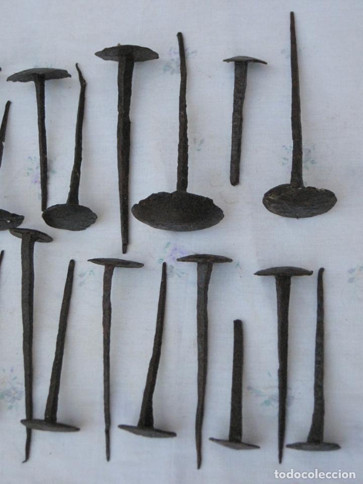 Antigüedades: LOTE DE 24 CLAVOS / TACHUELAS ANTIGUOS EN HIERRO FORJADO S/ XVIII -XIX. - Foto 6 - 135162402