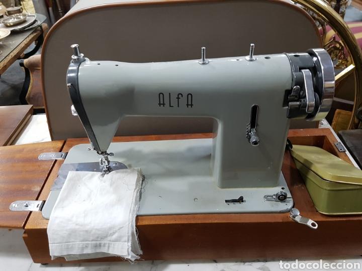 Antigüedades: Maquina de coser portátil alfa - Foto 2 - 135307787
