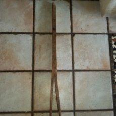 Antigüedades: PINZA DE MADERA DE GUARNICIONERO TALABARDERO GRANDES DIMENSIONES. Lote 135406487