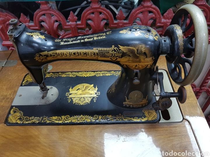 MÁQUINA DE COSER SINGER EN MUEBLE PLEGABLE (Antigüedades - Técnicas - Máquinas de Coser Antiguas - Sigma)