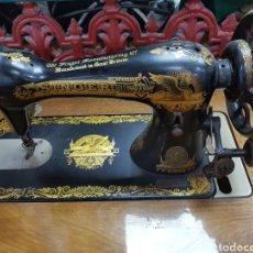 Antigüedades: MÁQUINA DE COSER SINGER EN MUEBLE PLEGABLE. Lote 135443887