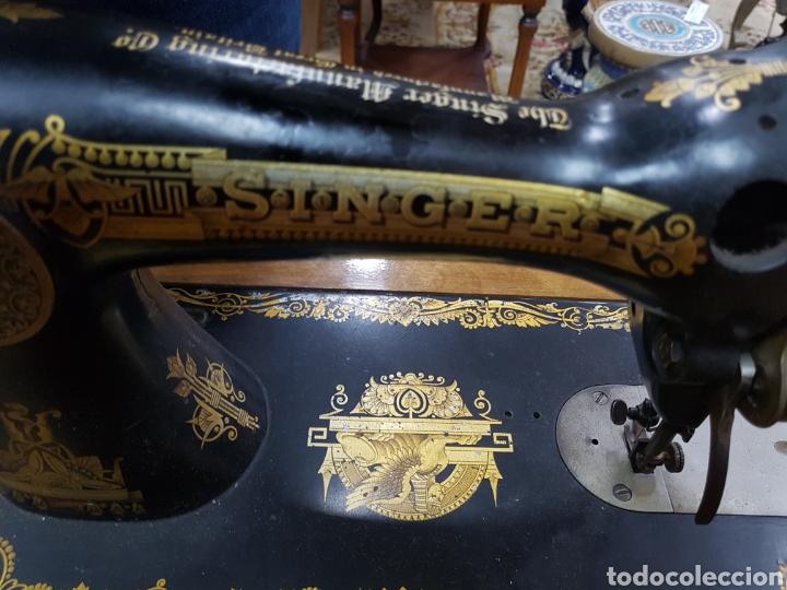 Antigüedades: Máquina de coser Singer en mueble plegable - Foto 4 - 135443887