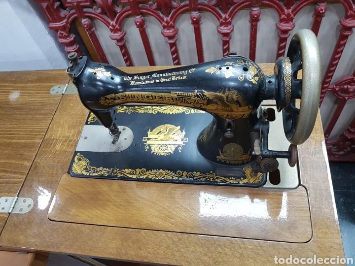 Antigüedades: Máquina de coser Singer en mueble plegable - Foto 5 - 135443887