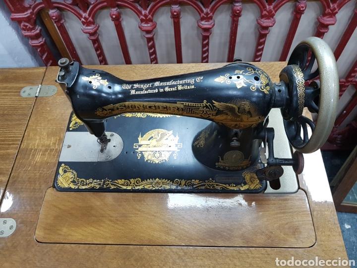 Antigüedades: Máquina de coser Singer en mueble plegable - Foto 6 - 135443887