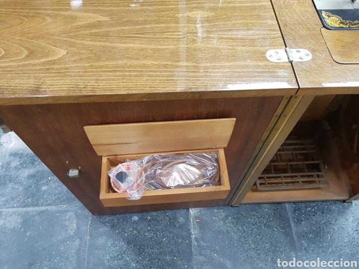 Antigüedades: Máquina de coser Singer en mueble plegable - Foto 8 - 135443887