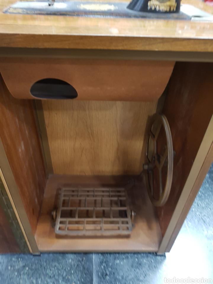 Antigüedades: Máquina de coser Singer en mueble plegable - Foto 9 - 135443887