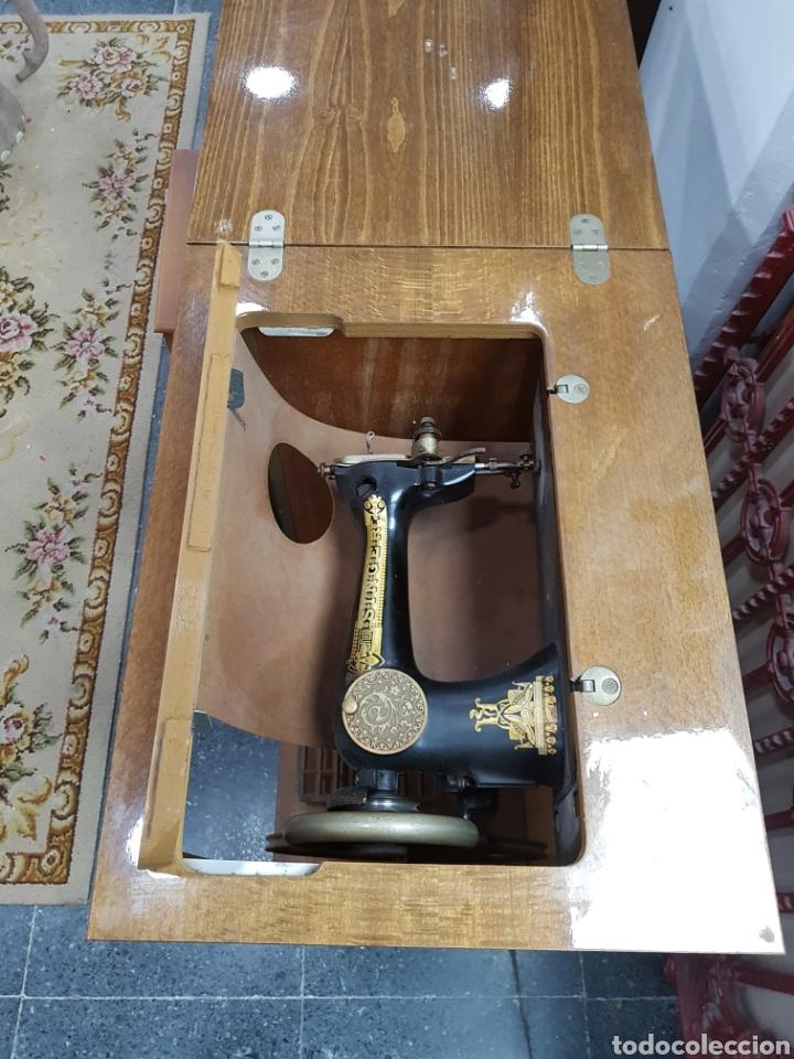 Antigüedades: Máquina de coser Singer en mueble plegable - Foto 10 - 135443887