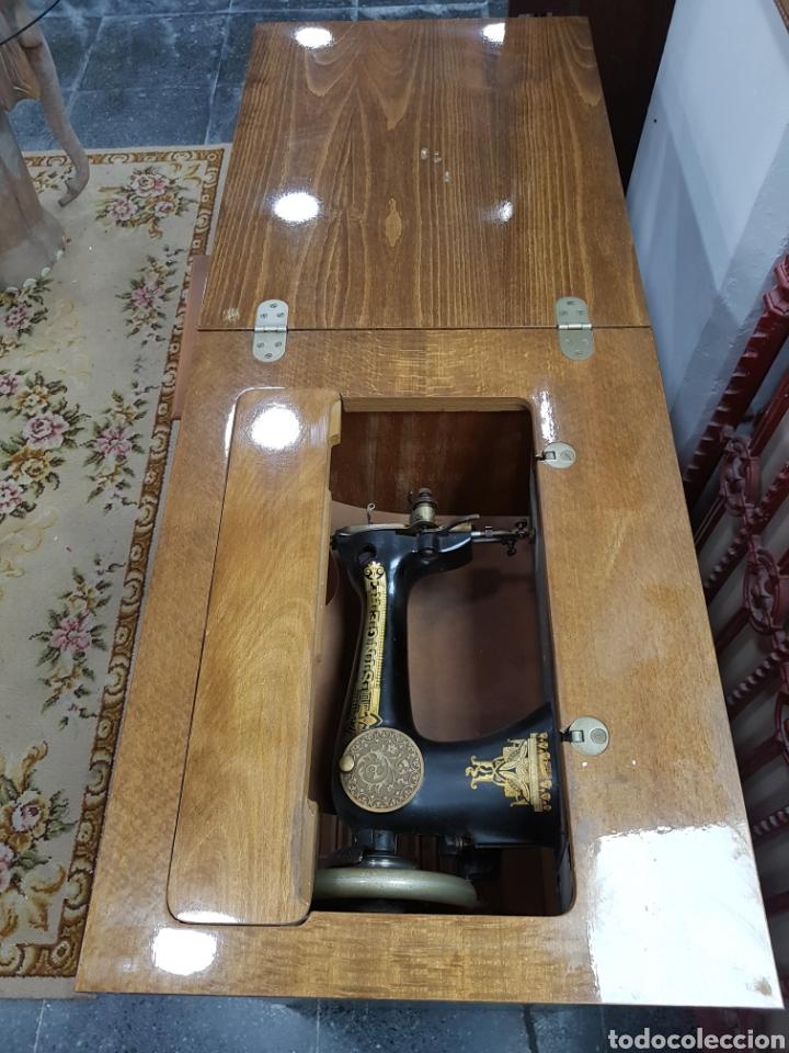 Antigüedades: Máquina de coser Singer en mueble plegable - Foto 11 - 135443887