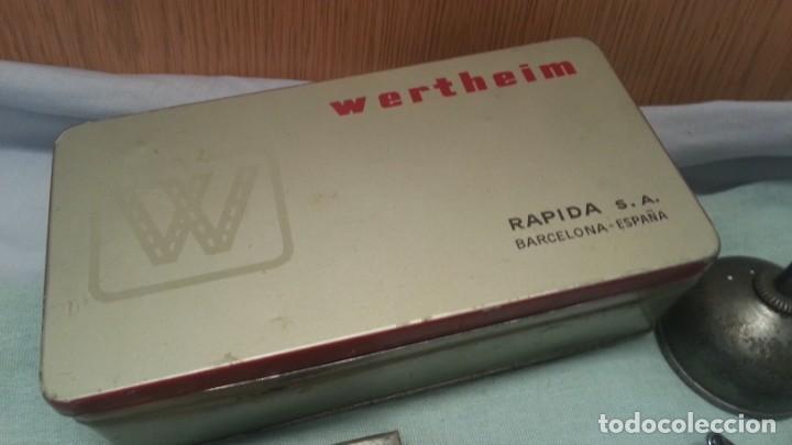 Antigüedades: Accesorios máquina WERTHEIM. Caja original y varias piezas. - Foto 2 - 135669783