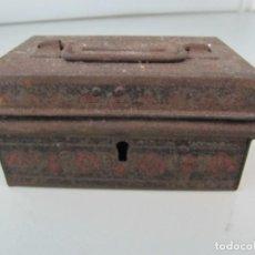 Antigüedades: ANTIGUA CAJA HUCHA METÁLICA, NO TIENE LA LLAVE. TAMAÑO 10X5X6 CM. Lote 135888178