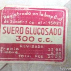 Antigüedades: ANTIGUA CAJA CON BOTELLA DE SUERO GLUCOSADO DE 300 C.C. *** SIN ABRIR Y SELLADA. Lote 135949898
