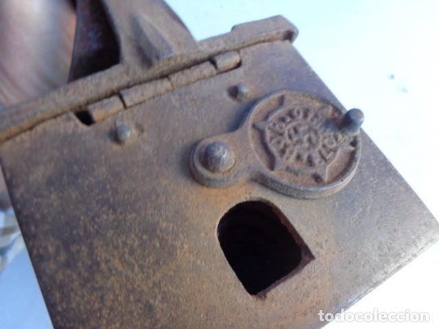 Antigüedades: MUY ANTIGUA, RARA E IMPORTANTE PLANCHA CARBON CON CHIMENEA CON HESVASTICA NAZI, COMPLETA Y MUY BUEN - Foto 7 - 135999938