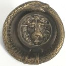 Antigüedades: PICAPORTE O LLAMADOR. BRONCE DORADO. MASCARON DE LEON Y SERPIENTE. SIGLO XIX.. Lote 136011950