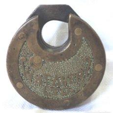 Antigüedades: ANTIGUO CANDADO REDONDO DE BRONCE W&T AVERY LTD SIN LLAVE PADLOCK LOCK NO KEY. Lote 136062982
