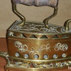 Antigüedades: PLANCHA ANTIGUA EN BRONCE CON APOYA PLANCHAS TAMBIÉN EN BRONCE. Lote 136273362