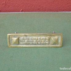 Antigüedades: ANTIGUO TIRADOR DE BRONCE RECTANGULAR. 10CM X 3CM. Lote 136396818