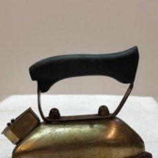 Antigüedades: PEQUEÑA PLANCHA ELÉCTRICA AURORA - INTERESANTE . Lote 136423522