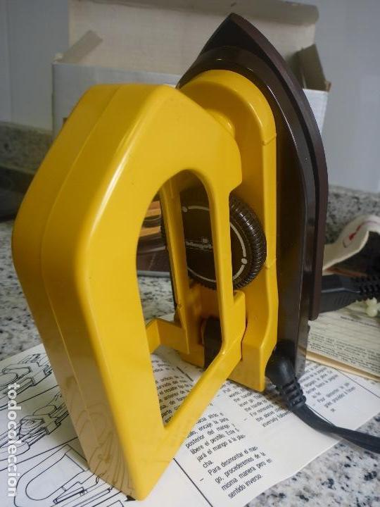 Antigüedades: Plancha viaje plegable Magefesa P11. Caja, funda y accesorios. Bitension. Años 70. Impecable. - Foto 7 - 137111126