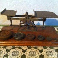 Antigüedades: OFERTON ESPECIAL BALANZA POSTAL BRONCE CON PESAS DE HIERRO DE 25X13CM SIGLO XIX (BP E ER 7C). Lote 137123118