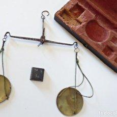 Antigüedades: BALANZA Y 1 PONDERAL PARA MONEDAS DE 8 REALES. S. XVIII. Lote 137124686