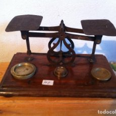 Antigüedades: OFERTON HERMOSA BALANZA VICTORIANA DEL AÑO 1871 CON 21X12 CM CON 4 PESAS (BP 10F). Lote 137133898