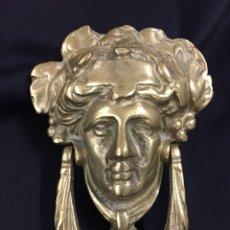 Antigüedades: ANTIGUA ALDABA, PICAPORTE, LLAMADOR MODERNISTA EN BRONCE.. Lote 137250868