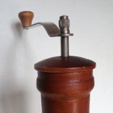 Antigüedades: MOLINILLO DE CAFÉ CILÍNDRICO DE ESTILO ITALIANO, REALIZADO EN MADERA Y METAL. ALEMANIA 1950/60. Lote 137309054