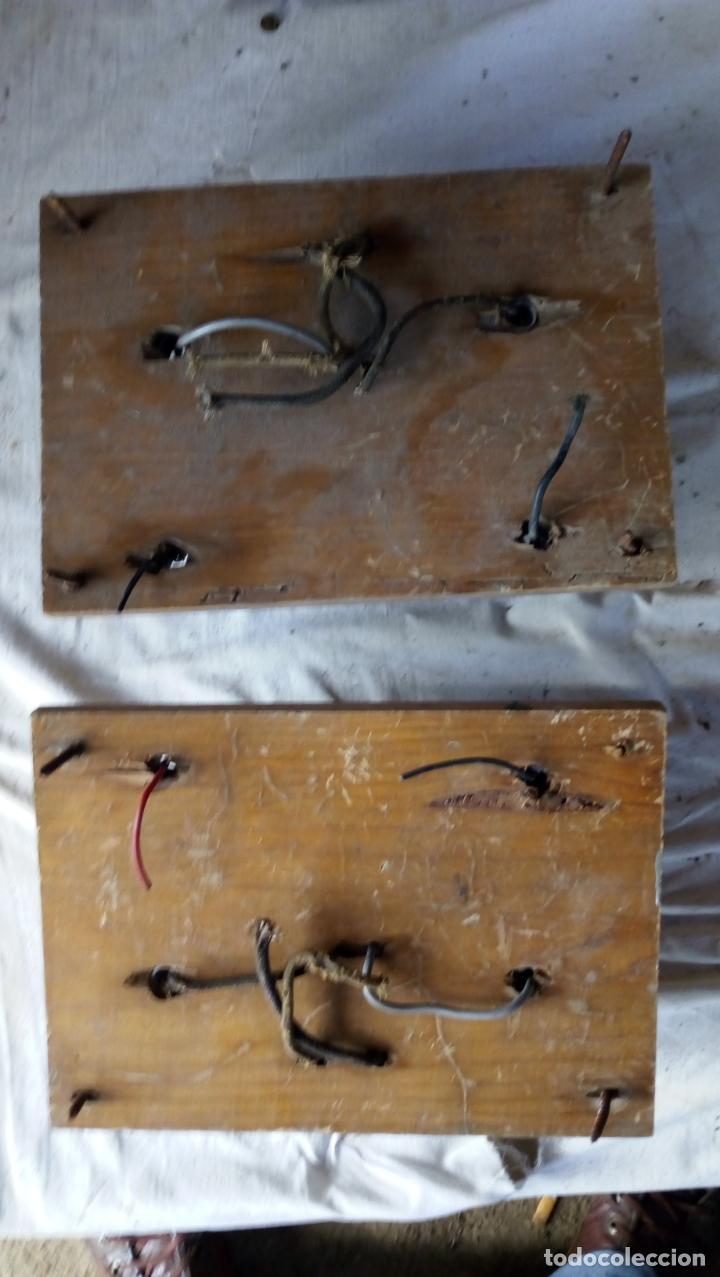 Antigüedades: 2 ANTIGUOS CUADROS ELÉCTRICOS CON 2 INTERRUPTORES DE BAQUELITA IGUAL Y 4 FUSIBLES DE PORCELANA Y LAT - Foto 2 - 137436270
