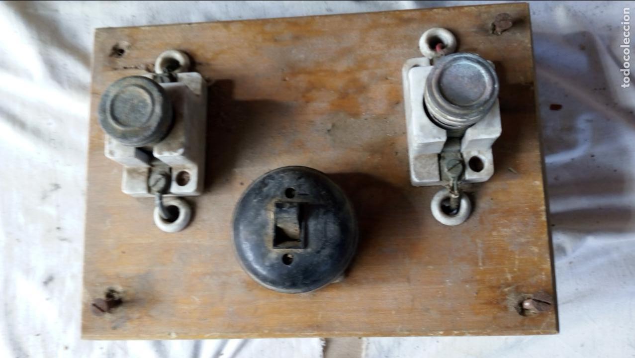 Antigüedades: 2 ANTIGUOS CUADROS ELÉCTRICOS CON 2 INTERRUPTORES DE BAQUELITA IGUAL Y 4 FUSIBLES DE PORCELANA Y LAT - Foto 4 - 137436270