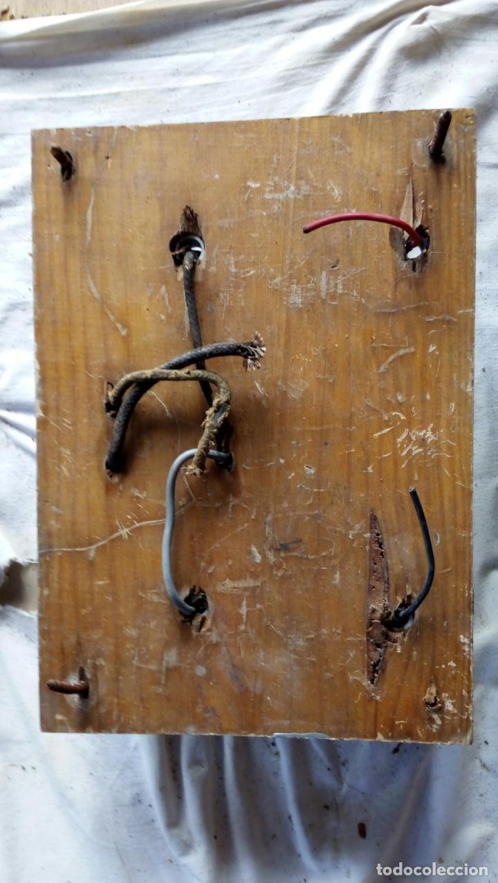 Antigüedades: 2 ANTIGUOS CUADROS ELÉCTRICOS CON 2 INTERRUPTORES DE BAQUELITA IGUAL Y 4 FUSIBLES DE PORCELANA Y LAT - Foto 5 - 137436270
