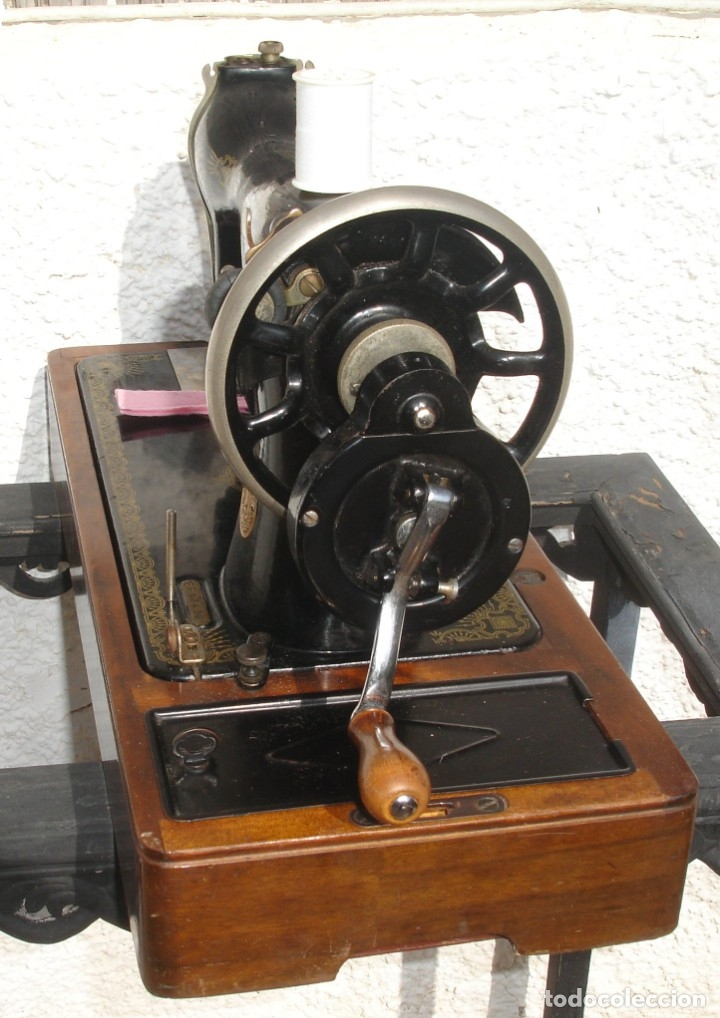 Antigüedades: MAQUINA DE COSER SINGER 15k, CON DISEÑO RAF, FUNCIONA Y COSE, AÑO SEPTIEMBRE 1950 - Foto 8 - 137515890