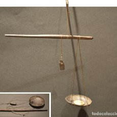 Antigüedades: ANTIGUA PEQUEÑA BALANZA MANO DE PRECISION ROMANA EN MADRA. Lote 137551578