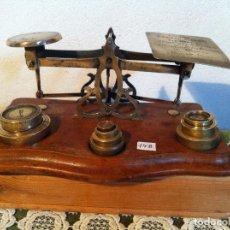 Antigüedades: HERMOSA BALANZA PESACARTAS BRONCE Y NOGAL VICTORIANA DE 1897 CON 9 PESAS Y 24X14CM (BP 14B). Lote 137649434