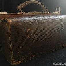 Antigüedades: MUY ANTIGUO MALETIN DE MEDICO, EN PIEL. Lote 137717802