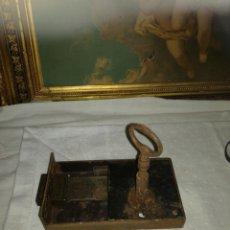 Antigüedades: ANTIGUA CERRADURA CON LLAVE. Lote 137842472