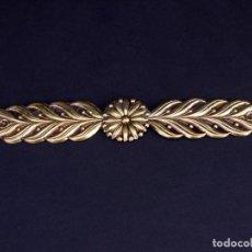 Antiquités: ANTIGUO ADORNO EN LATÓN DORADO BAJORRELIEVE. Lote 137849430